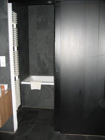 Hotel Noir: entrada baño