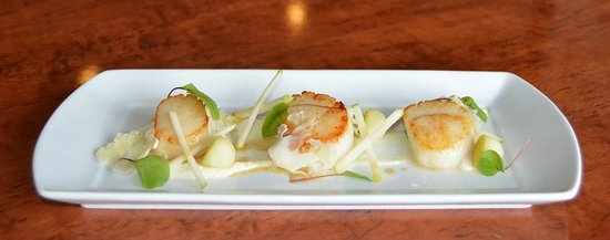 The White Swan: Pan roast Scallops with cauliflower and apple.