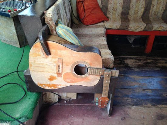 Genial Dune Preserve: Furniture Made From Guitar Parts