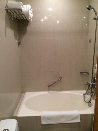 Copthorne King's Hotel Singapore: superior room small bath thub. can only fit one person