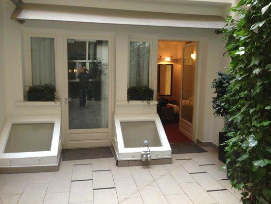Hotel Eiffel Seine: courtyard rm