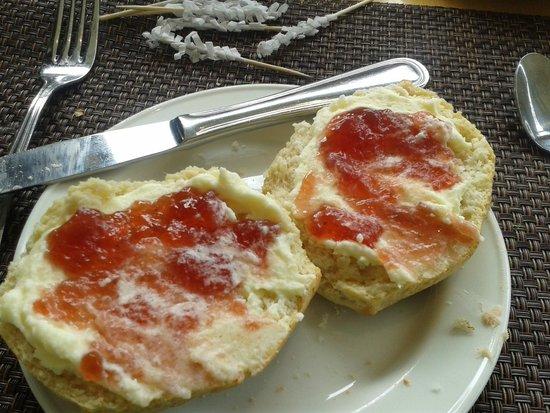 Razzi Restaurant: Jam and Cream Scone