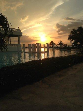 Grand Palladium Jamaica Resort & Spa: Sunset at the Main Pool