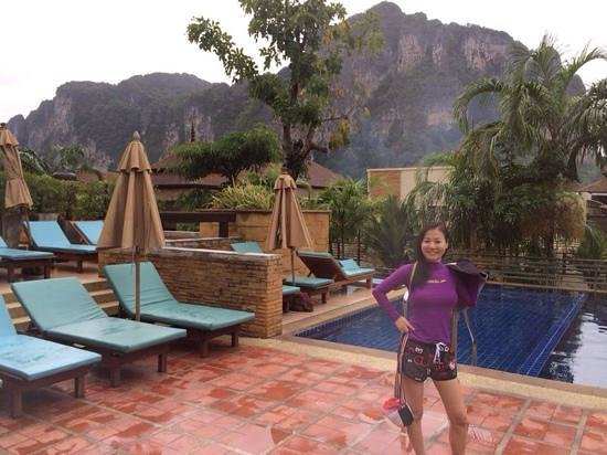 Aonang Cliff Beach Resort : Wifey @ Swimming pool before tour pickup