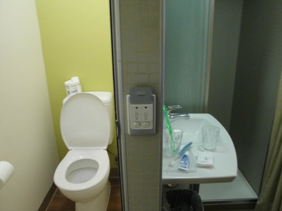 Ibis Budget Sydney Olympic Park Hotel: door to toilet closed, but sink/shower was open to room