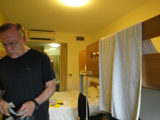 Ibis Budget Sydney Olympic Park Hotel: no place to hang towels as we needed to hang clothes there!