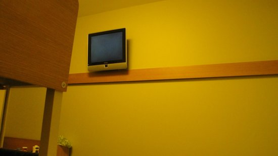 Ibis Budget Sydney Olympic Park Hotel: view of tv from bed.  It would not rotate.