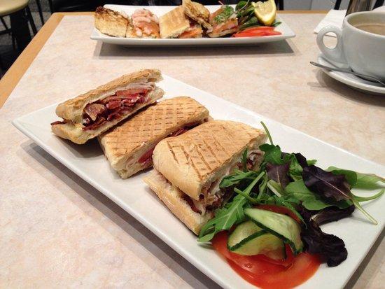 Wings Cafe: Smoky sandwich bacon n turkey mmm