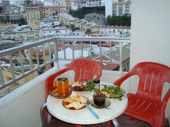 Bajondillo Apartments: Ужин (завтрак) с видом на море