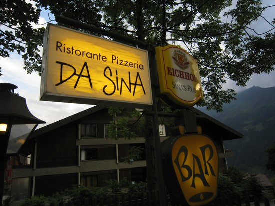 Da Sina Pizzeria: Sign near the street/front of restaurant