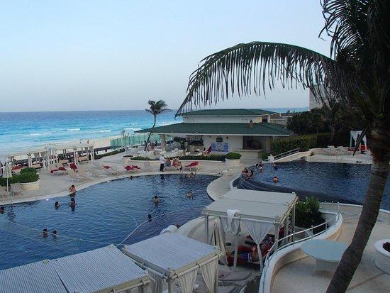 Sandos Cancun Lifestyle Resort: Area de albercas