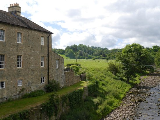 Coach House B&B: The Square overlooking the River Greta