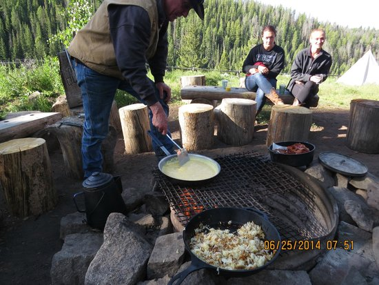 Black Mountain Ranch: Nowell cooks up breakfast at pack camp