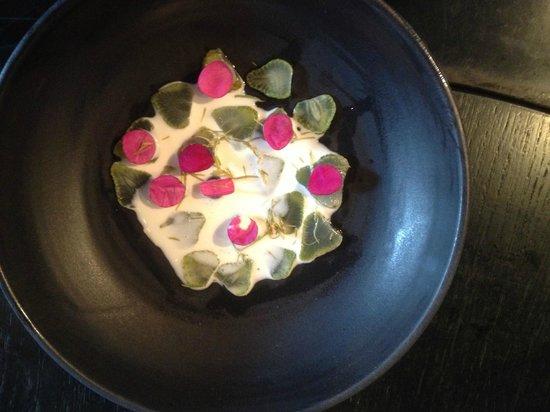 Kadeau: Vertes fraises polaires, pollen de pin, pétales de roses de sable