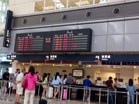 Taiwan High Speed Rail Taichung Station : Expect queues at the ticketing counter even at off peak hours.