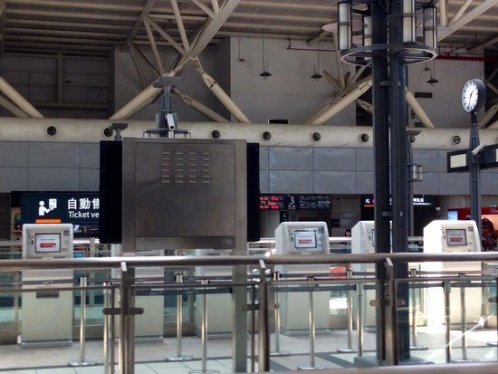Taiwan High Speed Rail Taichung Station : Skip the ticketing counter queues by using the ticket vending machines.