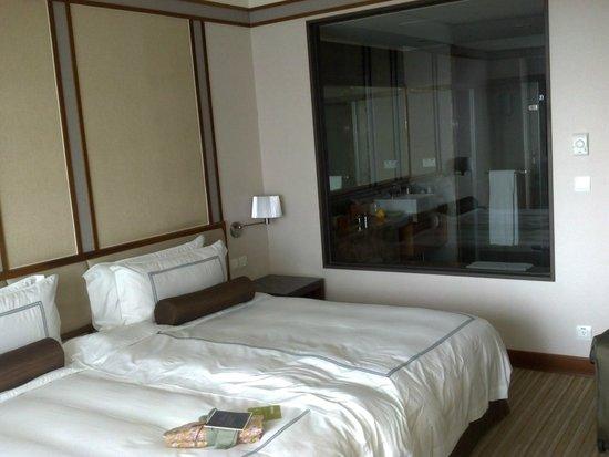 Evergreen Resort Hotel - Jiaosi : Bedroom looking into bathroom