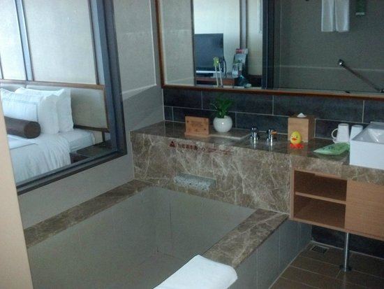 Evergreen Resort Hotel - Jiaosi : Bathrrom with giant tub and ducky