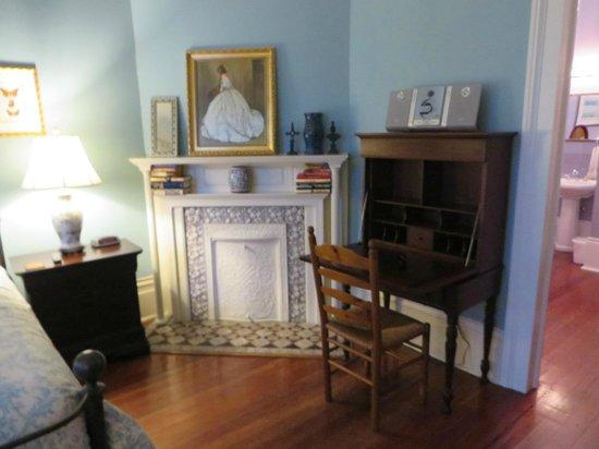 Maison Perrier: Pamela room desk