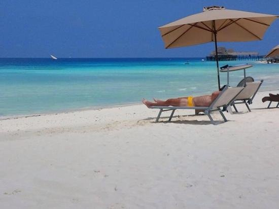 Hideaway of Nungwi Resort & Spa : relaxing on the beach