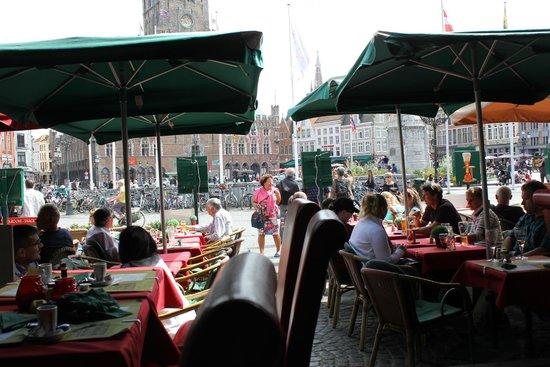Cafe des Arts: Mirando a la plaza