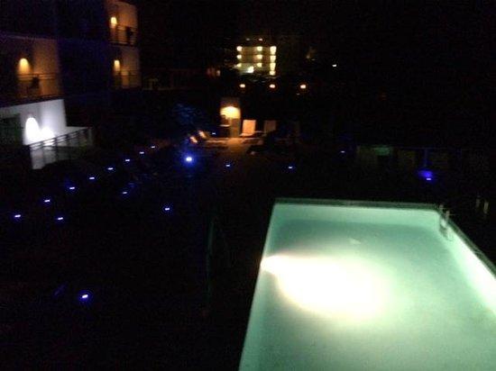 Lotus Boutique Inn & Suites Daytona Beach / Ormond Beach: pool area at night