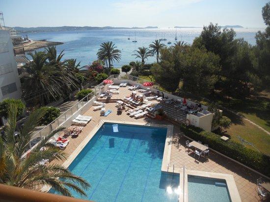 Abrat Hotel: территория и бассейн