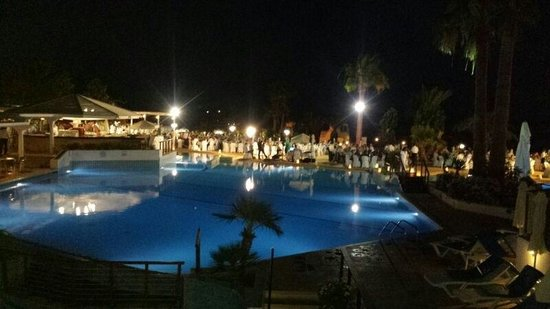 Golden Coast Beach Hotel : Grounds at night