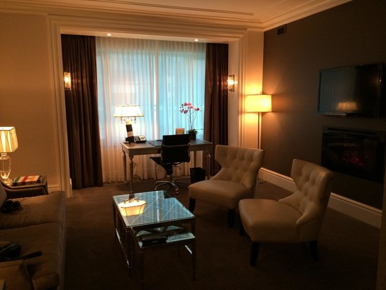 Trump International Hotel & Tower Toronto: Living room of Deluxe 1-Bedroom Suite