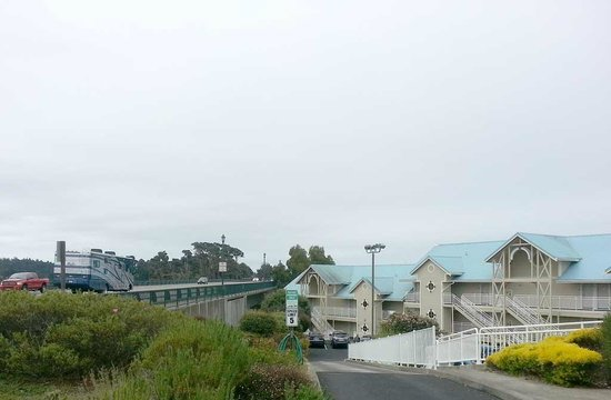 North Cliff Hotel : Hotel is right next to Hwy 1. Light sleepers beware.