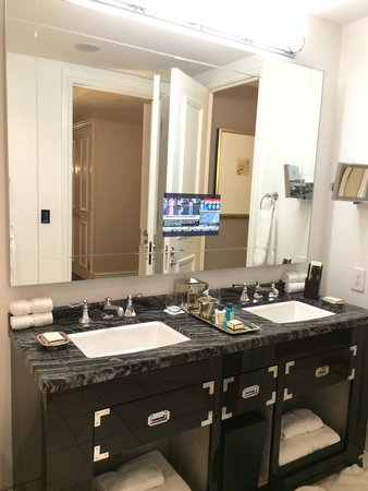 The Adelaide Hotel, Toronto: Sinks and mirror w TV of Deluxe 1-Bedroom Suite