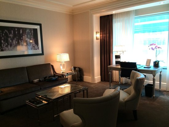 The Adelaide Hotel, Toronto: Living room of Deluxe 1-Bedroom Suite