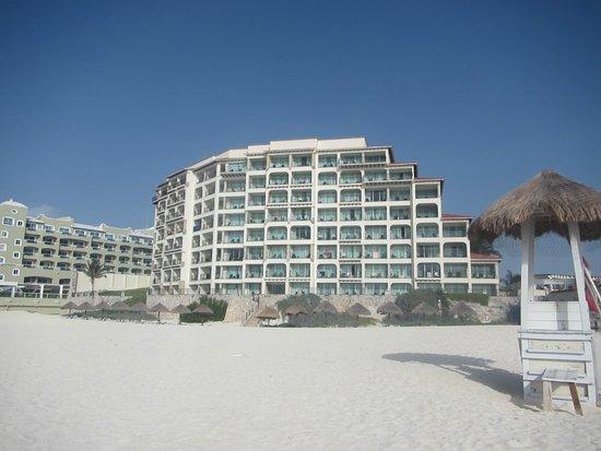 Grand Park Royal Cancun Caribe: Vista desde la playa