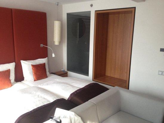 Radisson Blu Hotel Leipzig : Schlafzimmer mit Glasfront zum Bad