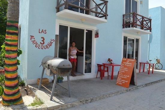 Las 3 Acapulquenas : a very small restaurant
