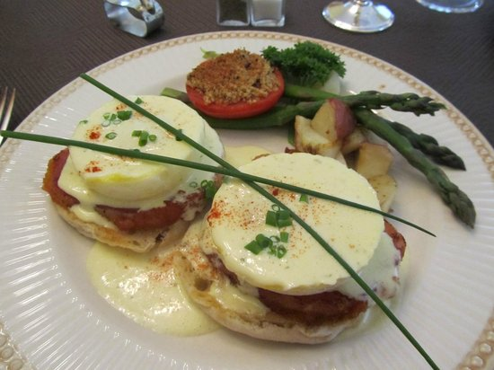 Mornington Rose Bed and Breakfast: Eggs Benedict with tarragon bearnaise and back bacon, asparagus, grilled tomato and home fries