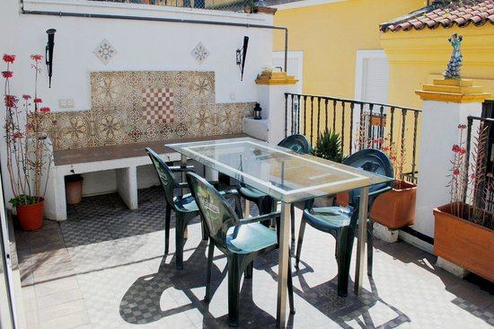 Traveler's Inn Seville : Another terrace, just next to the kitchen. Perfect for having breakfast or lunch under the sun.