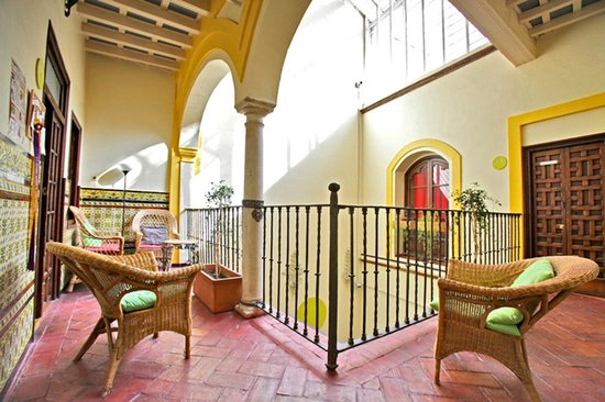 Traveler's Inn Seville : Beautiful and well lit common space surrounding a traditional andalusian patio.