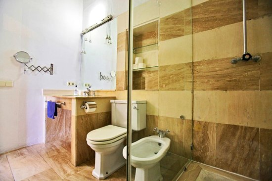 Traveler's Inn Seville : Didn´t we mention our large bathrooms?