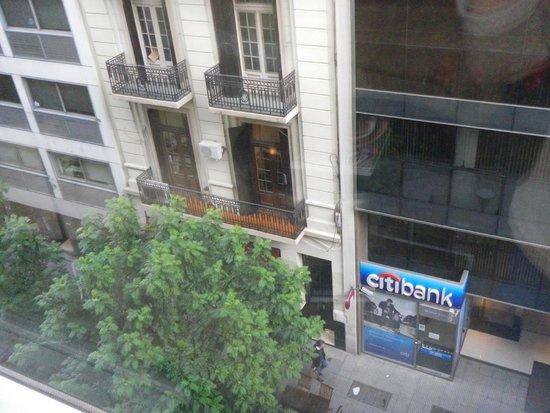 Melia Buenos Aires: Vista abajo en frente del hotel