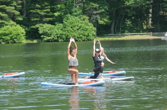 Greencastle, Pennsylvanie : Paddle board yoga classes from Balance, held at Cowan's Gap