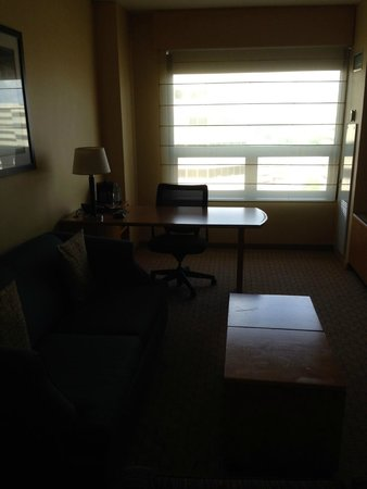 Renaissance Chicago O'Hare Suites Hotel: Large sitting and work area