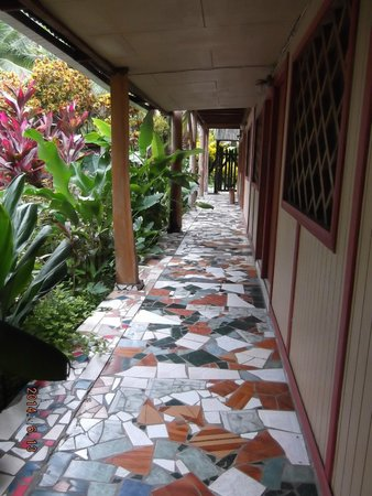 Cabinas Talamanca: tiled walk way