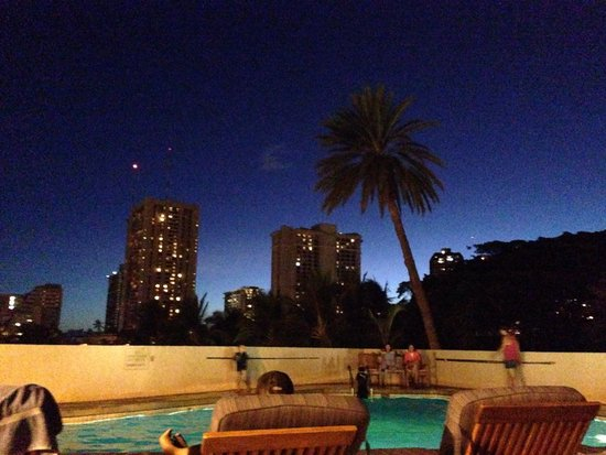 Luana Waikiki Hotel & Suites: The pool area is even prettier at night!