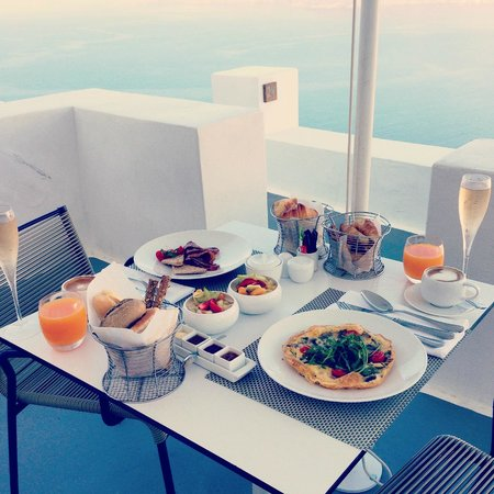 Katikies Hotel: Champagne breakfast!