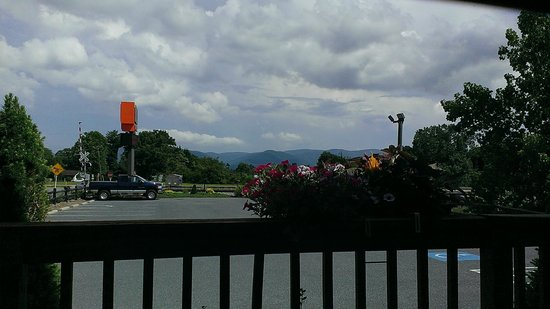 Hank's Grille & Bar: Great view of Blue Ridge Mountains