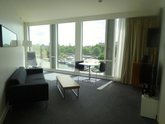 DoubleTree by Hilton Hotel Amsterdam Centraal Station: Junior Suite living room