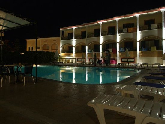 Club Zante Plaza: Hotel by night