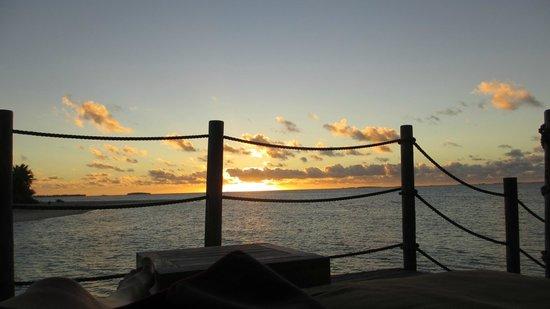 Tikehau Pearl Beach Resort : coucher de soleil face à la chambre