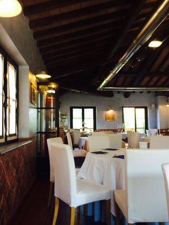 Hotel  La Pietra: Tavoli interni del ristorante